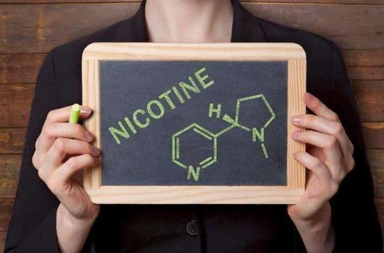 ▲电子烟中含有的尼古丁成分,尼古丁会增加心脏工作速度并导致血压升高,降低食欲。大剂量的尼古丁会引起呕吐以及恶心,严重时甚至会导致死亡