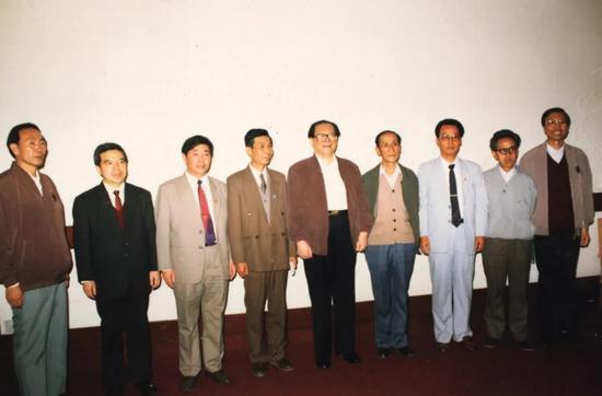 1989年江泽民视察青海合影(右二为高世扬)