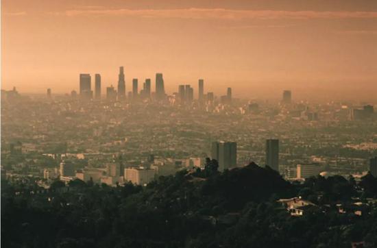 美国洛杉矶的光化学烟雾,褐色为NO2污染。图片来源:United States Geological Survey