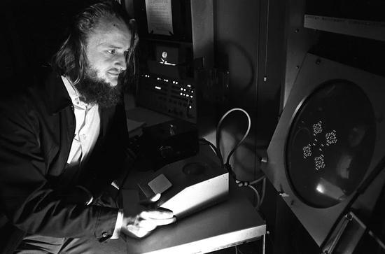 1974年,康威在玩生命游戏。| 图片来源:Kelvin Brodie / The Sun News Syndication