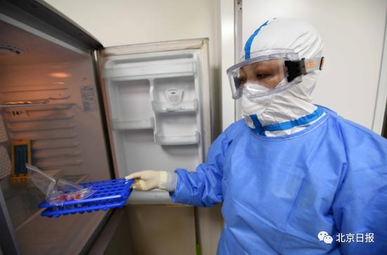 6月19日,北京检验人员将灭活后的样本从冰柜取出进行下一步实验。