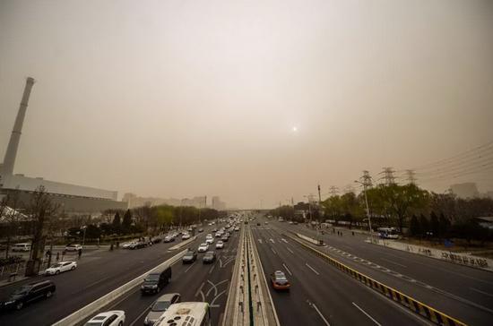 北京遭遇今春第一场沙尘暴(图片来自网络)
