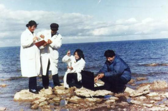高世扬(左二)和学生野外取样
