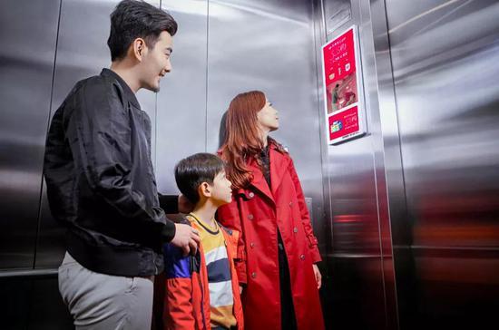 竞争对手用梯内智能竖屏的形态对分众发起了挑战