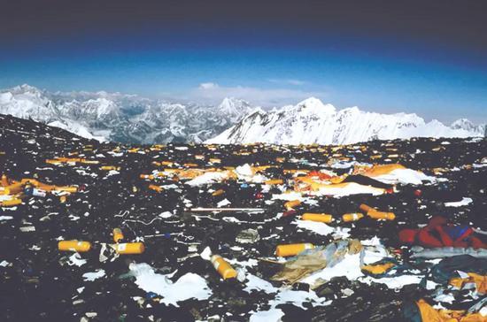 人们留在珠峰的垃圾。
