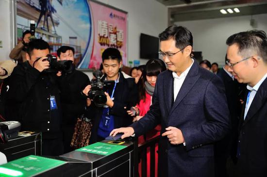马化腾使用小程序扫码乘坐长江索道。@视觉中国
