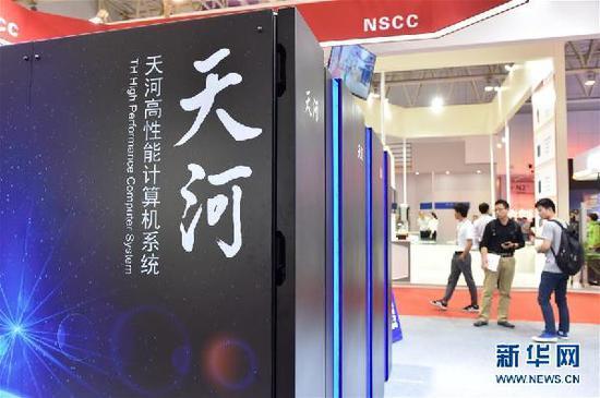 """5月17日在天津梅江会展中心展出的""""天河三号""""原型机。正在天津举行的第二届世界智能大会上,国家超算天津中心对外展示了我国新一代百亿亿次超级计算机""""天河三号""""原型机,这也是该原型机正式对外亮相。据了解,百亿亿次超级计算机也称""""E级超算"""",被全世界公认为""""超级计算机界的下一顶皇冠"""",它将在解决人类共同面临的能源危机、污染和气候变化等重大问题上发挥巨大作用。新华社记者 李然 摄"""