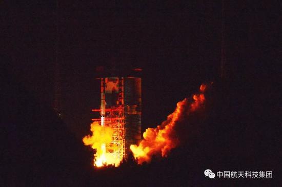"""长征四号丙运载火箭成功发射嫦娥四号中继星""""鹊桥""""(高剑 摄)"""