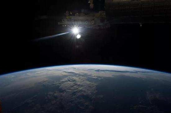 (国际空间站上看到的太阳照耀下的地球。图片来源NASA)