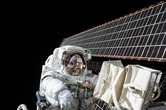 ▲斯考特的太空生活给他的生理带来了明显变化