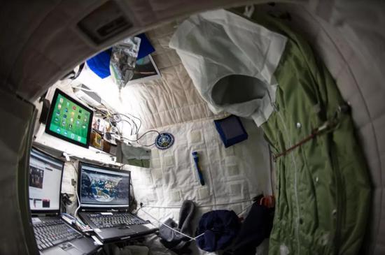 ▲狭小的居住环境也会给宇航员带来压力