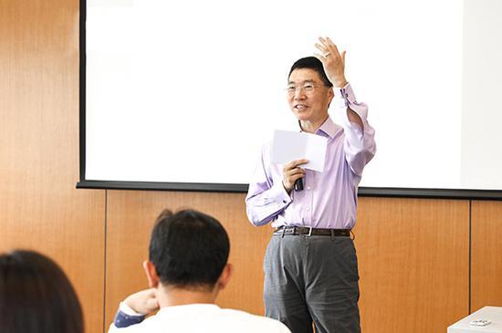 吴军做客上海交大安泰学院间隙接受澎湃新闻记者采访。