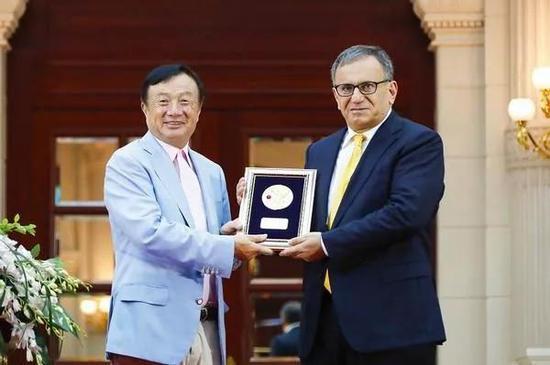 任正非向阿勒坎颁奖,以致敬其为人类通信事业发展所作出的突出贡献。