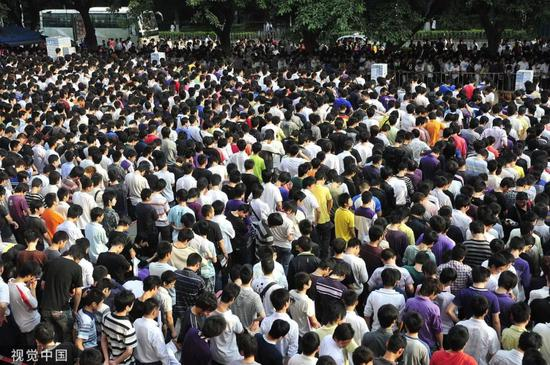 2010年富士康普工招募(图片来源:视觉中国)