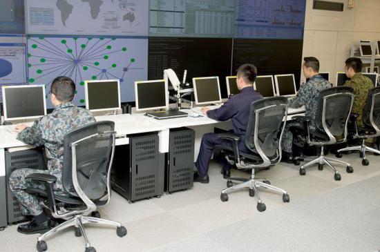 资料图片:日本自卫队进行网络战演练。(日本防卫省网站)