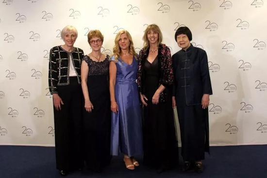 """张弥曼(右一)与另外 4 位获颁""""世界杰出女科学家奖""""的科学家合影。新华社记者 张曼 摄"""