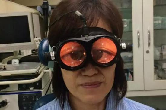 辅助诊断晕眩症的专用眼镜,可以放大病人的眼睛以便观察眼部关联症状(图片来源网络)