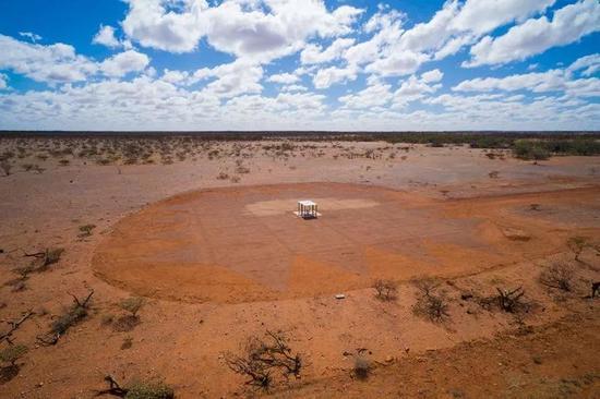 澳大利亚西部的一个射电望远镜探测到宇宙第一批恒星发出的光。