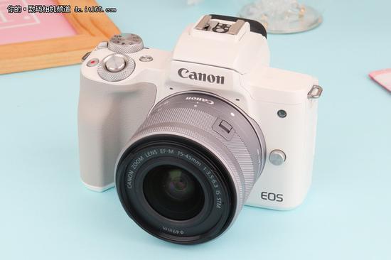 ▲此次EOS M50共有黑白两种配色,我们拿到的是更加可爱的白色版。