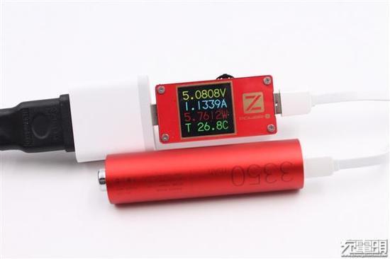 使用ChargerALB POWER-Z KT001测得充电功率约为5.76W。
