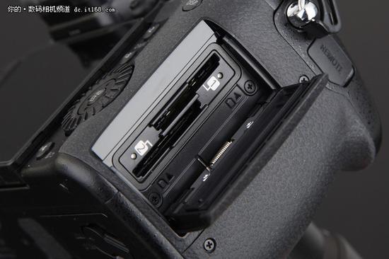 ▲双卡槽都是高规格的UHS-2,使用高速卡不掉速