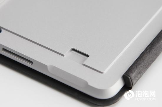 翻开支架我们可以找到一个Micro SD读卡器。