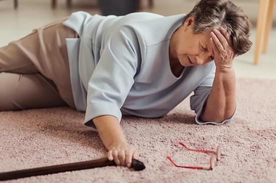 老年人跌倒导致的骨折,再加上长期卧床的影响,死亡率可是相当吓人的