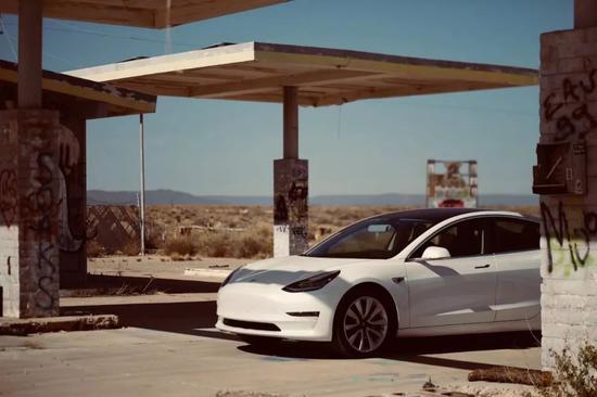 Model 3停在废弃的加油站