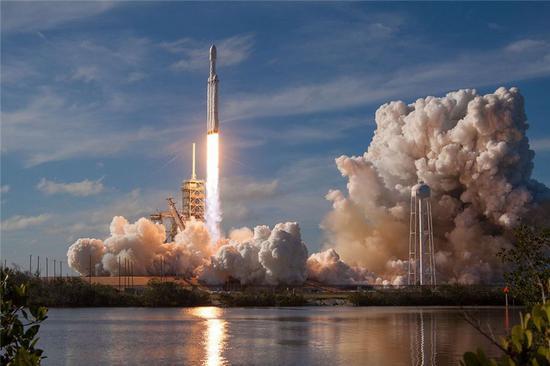 (猎鹰重型火箭发射。图片来源:wikipedia)