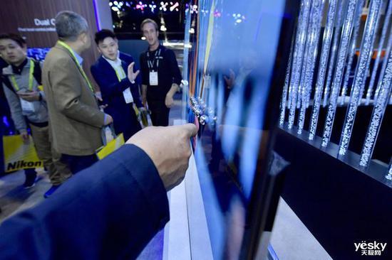 創維CSO屏幕發聲電視,放了些珠子以直觀看出屏幕的震動發聲