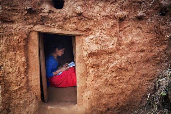 ▲在月事期间待在野外冬歇小屋的尼泊尔女孩 图片来自?#21495;?#32422;时报