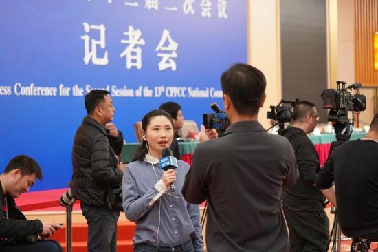 ↑3月10日,新华社记者在政协记者会现场进行5G手机全链条直播报道。新华社记者 何强 摄