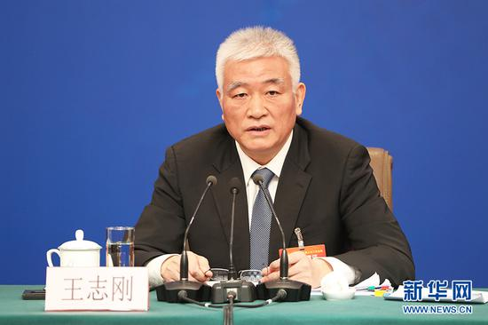 图为王志刚回答记者提问。新华网/中国政府网 ?#38470;?摄