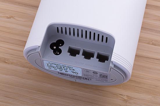 华为路由Q2 Pro底部为三个WAN/LAN自适应接口