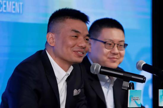映客CEO奉佑生与CFO肖力铭在业绩发布会现场
