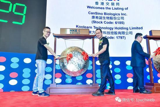 新东方在线名师代表王江涛及学员代表孙纶波敲钟