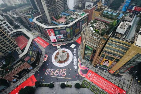 去年618期间,京东在重庆解放碑铺了9000平米的巨型红色地贴。同时还推出了无人超市、人工智能、3D视觉店铺体验活动