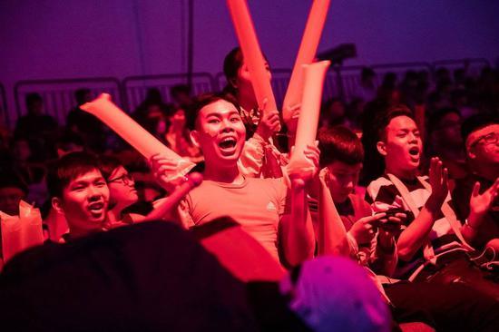 AoV赛事现场,欢呼的越南游戏迷