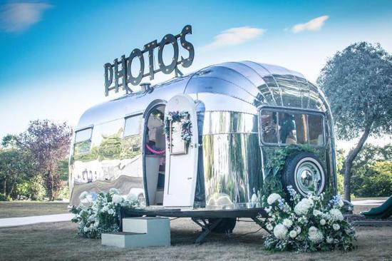 ▲婚礼上大篷车造型的拍照亭。 图片来自:The Times