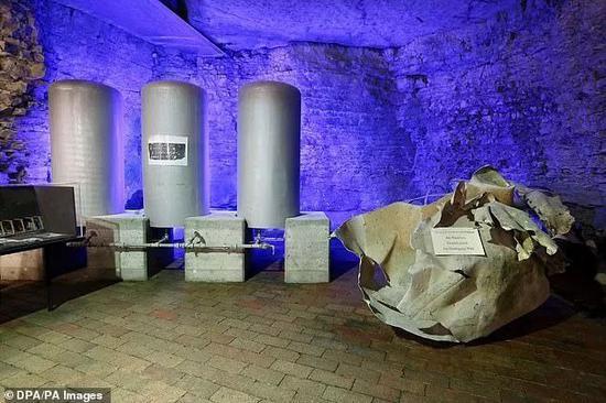 """图为水罐和反应堆铝制结构被炸开后的残余部分。如今陈列在海戈尔洛赫的""""原子地窖""""博物馆中"""