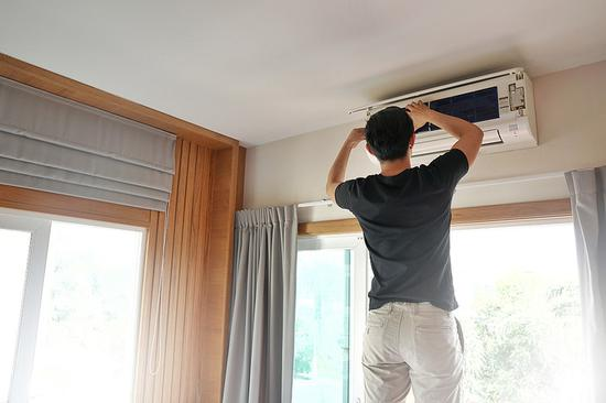 空调清洗那些事儿:是选择自己动手还是请专业师傅上门 两者该如何选择呢?