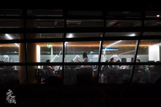 另外的人已�乘坐大巴�回家。