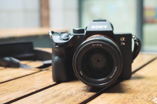 <b>轻便小巧的挂机标头 索尼FE 35mm F1.8镜头评测</b>
