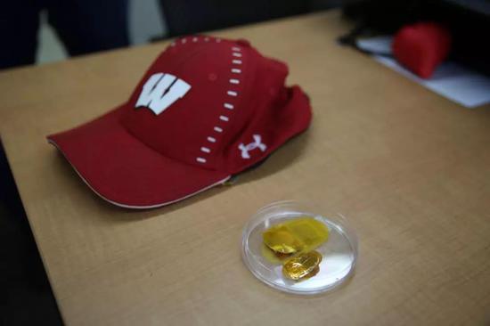 图   这顶帽子嵌入了能够通过机械能发电的纳米贴片。(来源:Alex Holloway, University of Wisconsin–Madison)