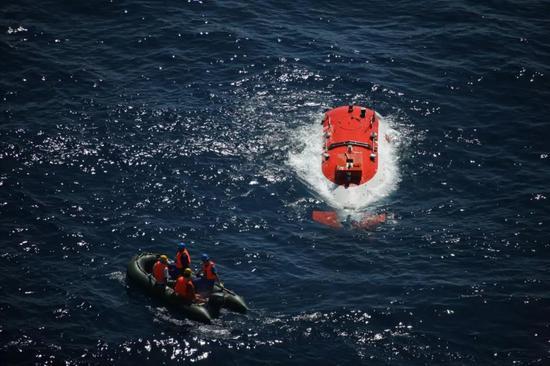 """2010年8月27日,我國第一臺自行設計、自主集成研製的""""蛟龍號""""深海載人潛水器首次突破3700米水深記錄。此後,接連取得5000米級和7000米級海試成功。新華社"""