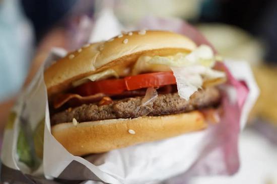 包裹在食品包装纸中的汉堡