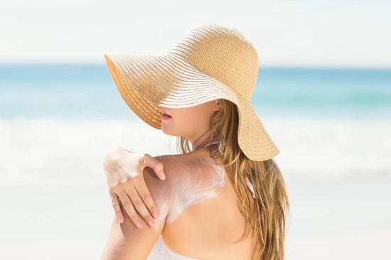 防晒霜中的环境激素能在动物体内积累 | 图虫创意