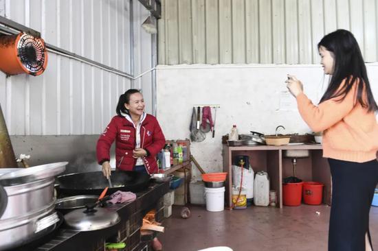 一位农村居民在家中录制短视频 曹祎铭 摄