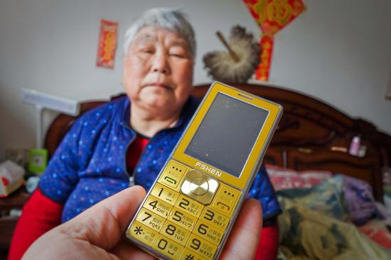 即便到了2019年,在安徽农村,留守老人张玉荣奶奶依然用的是老人机。图/东方IC