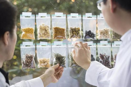研究人员分析不同的添加材料对啤酒口味的影响